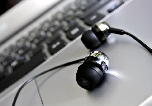 headphones-1854090_640